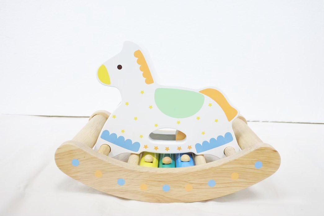 寿月すみたやのおもちゃのご紹介カランコロン木馬. ・ ゆらゆらと揺れる事で鉄琴が音を奏でます 自分の手や指で弾いても音がでるので お座りができるようになったころには 自分で揺らして楽しめます🤸🏻♀️ ・ ・ おもちゃをお買い求めのかた InstagramDMや 寿月すみたやホームページからも お求めできます お気軽にお申し付けください🏻 ・ ・