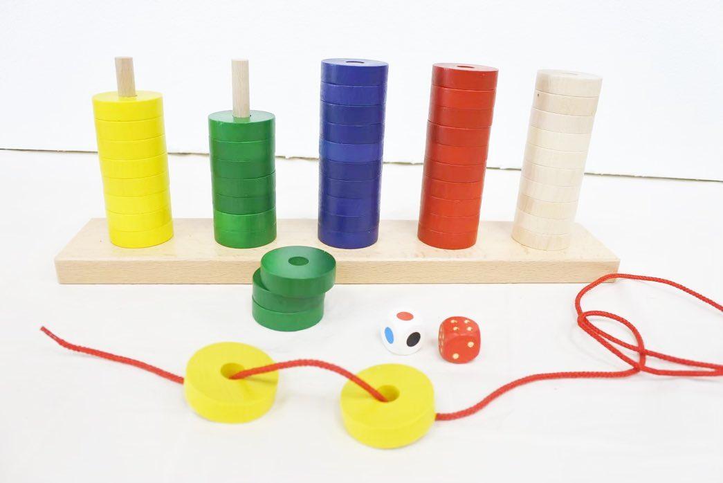 寿月すみたやのおもちゃのご紹介 プラステン. ・ ・ 2歳くらいからは棒刺し 紐通し遊び🏻 3歳くらいからは色サイコロを振って 出た色を刺したり取ったり️ 4歳からは数サイコロと色サイコロを 同時に振って出た色を出た数だけ 取るというゲーム遊び この他にもリングを交互に刺したりして デザイン遊びをしたり おはじきやままごとの食材にしたりと 小さい頃から成長するまで 長い間活躍してくれるスグレモノです🏻 ドイツ・ニック社 ・ ・ おもちゃをお買い求めのかた InstagramDMや 寿月すみたやホームページからも お求めできます お気軽にお申し付けください🏻 ・ ・